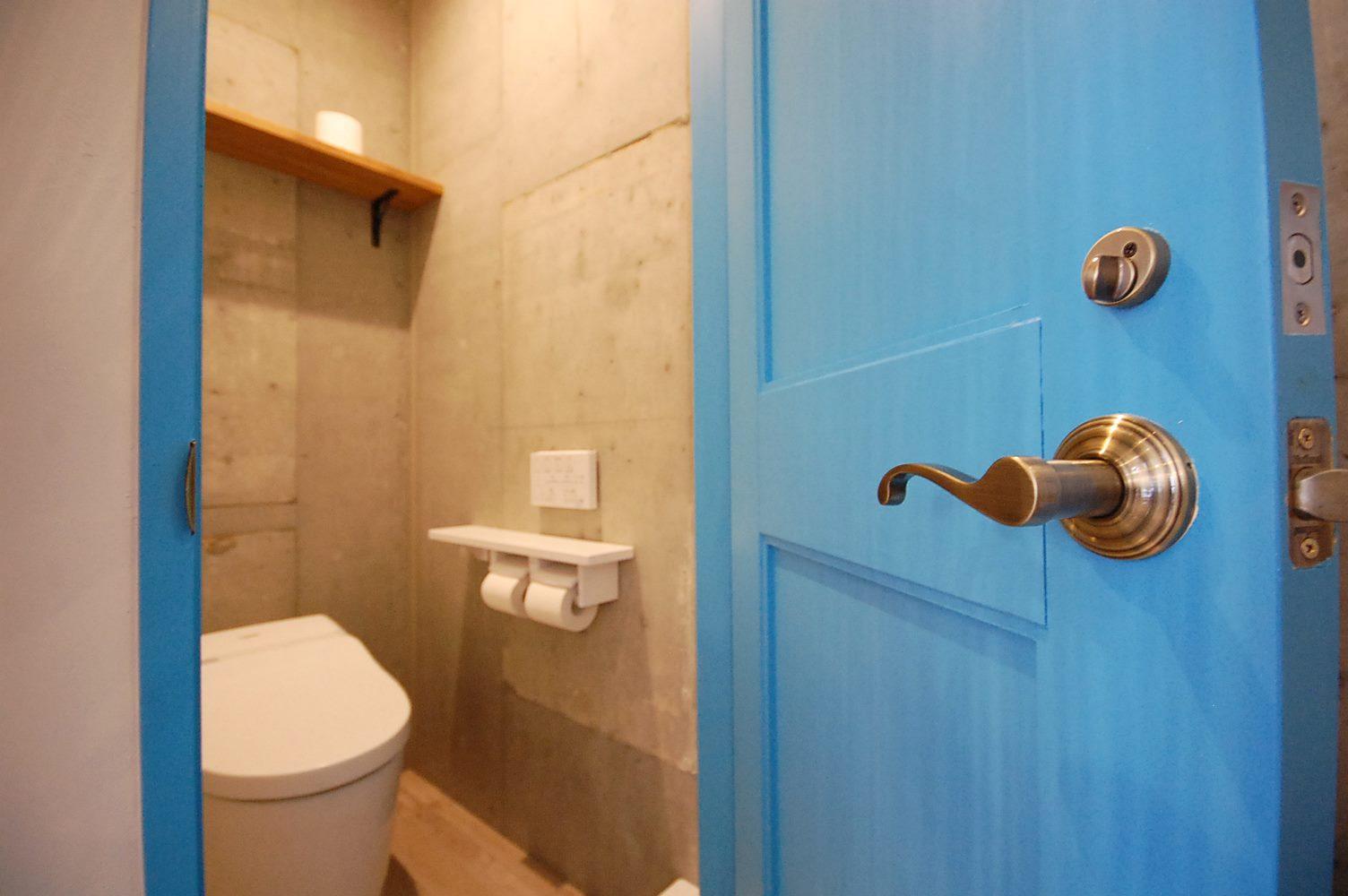 鮮やかなブルーの扉
