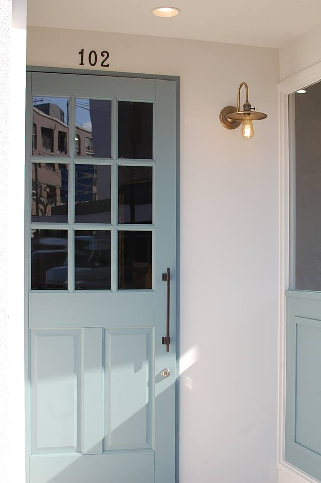 絶妙なブルーグレーの扉