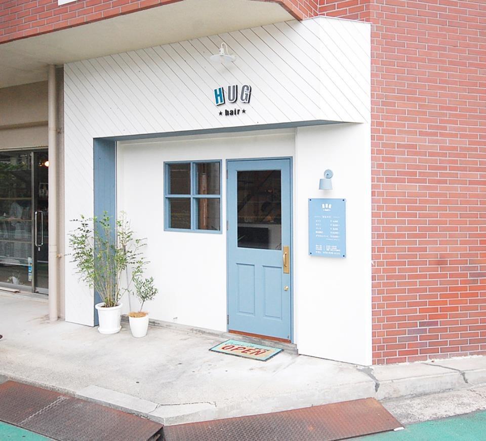 白壁×HUGブルーの扉が目印